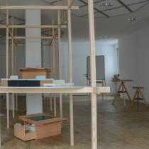 die Ausstellung  . im Regal: Baustellenküche & Utensilienbox